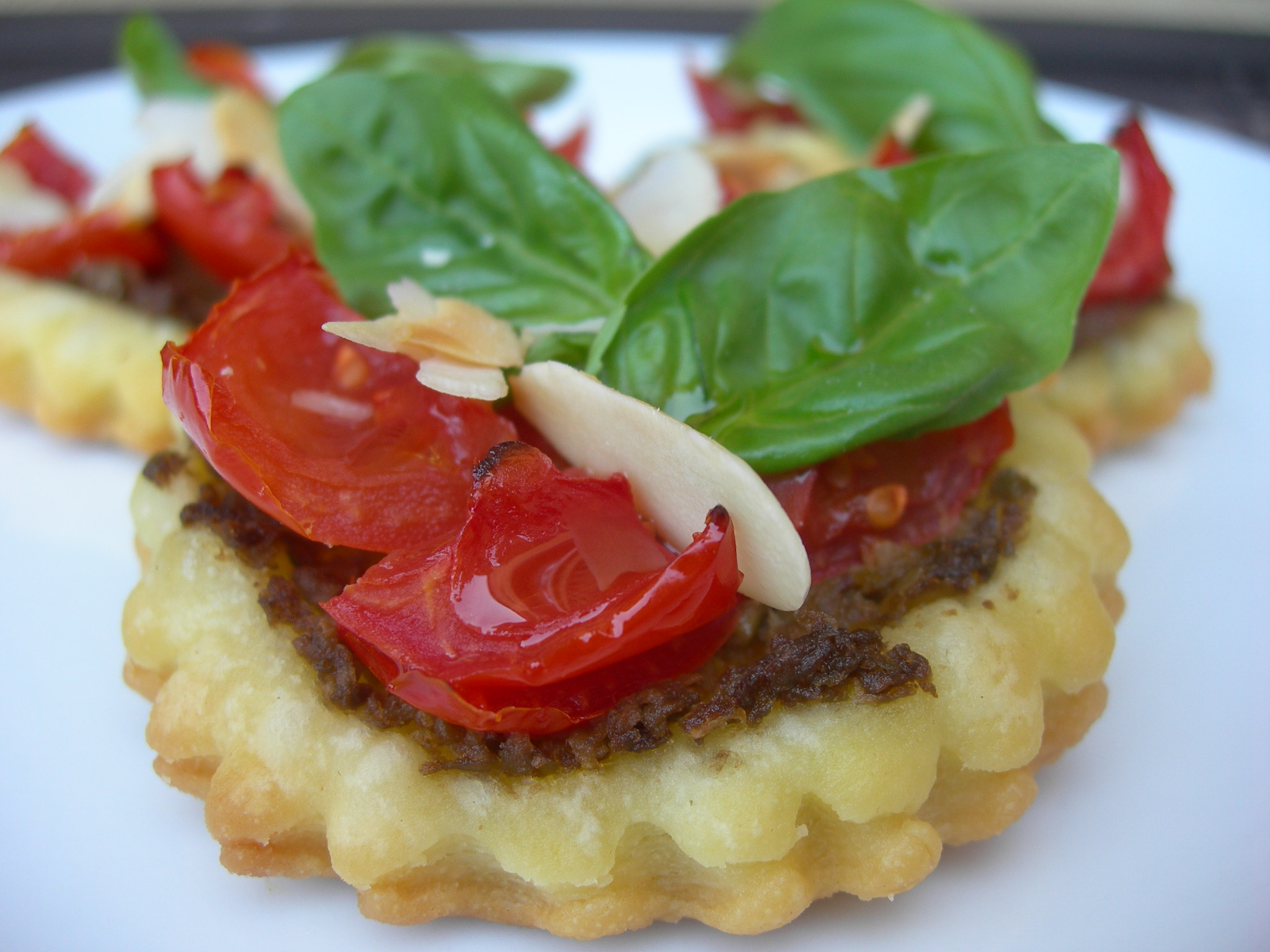 Tartellette ai pomodorini e patè di olive nere