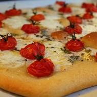 Pizza di pasta matta con pomodorini, bufala e sesamo nero