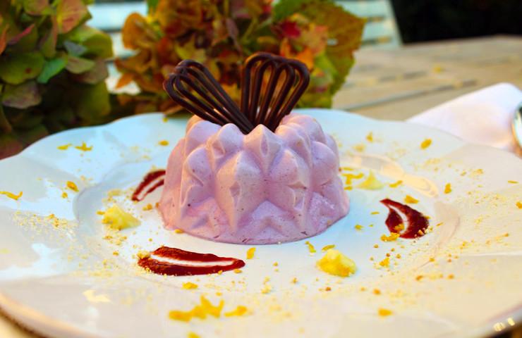 Mousse di mirtillo e limone con gelatina di lampone, crema e foglie di cioccolato