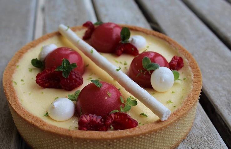 Tarte con cremoso al lime e jellies alle fragole